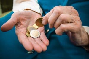 Пенсия работающим пенсионерам с 1 августа 2017 года: перерасчет, доплата к пенсии за стаж, последние новости