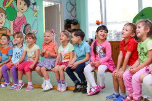 Формирование очереди и порядок приема в детский сад в Томске в 2018 году: особенности и правила постановки, необходимые документы, льготный список и электронная очередь, узнать свой номер