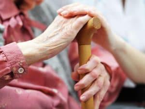 Изображение - Кто может быть опекуном пожилого человека Uhod-za-pozhilymi-lyudmi-starshe-80-let-skolko-platyat-300x225-300x225