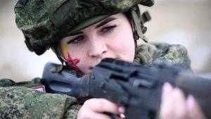 Женщины проходят военную подготовку в соответствии с действующими нормативами