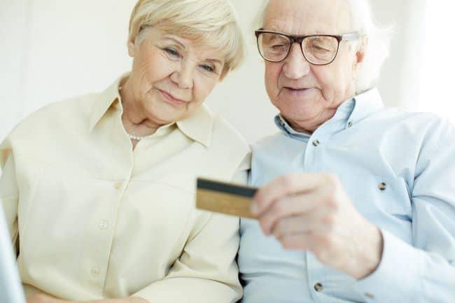 Российским пенсионерам отключат переводы по банковским картам