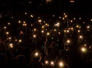 Люди светят фонариками