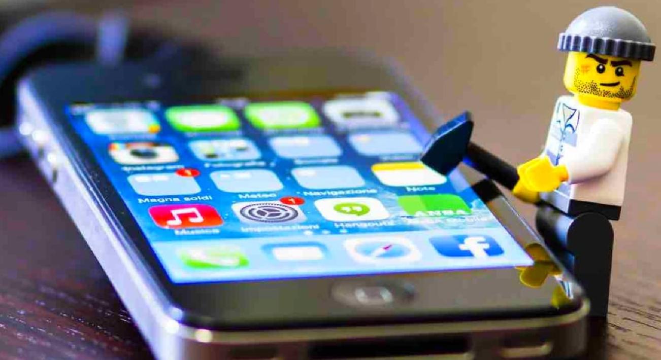 Контролировать россиян станет проще: МВД покупает технику для взлома смартфонов и переписок