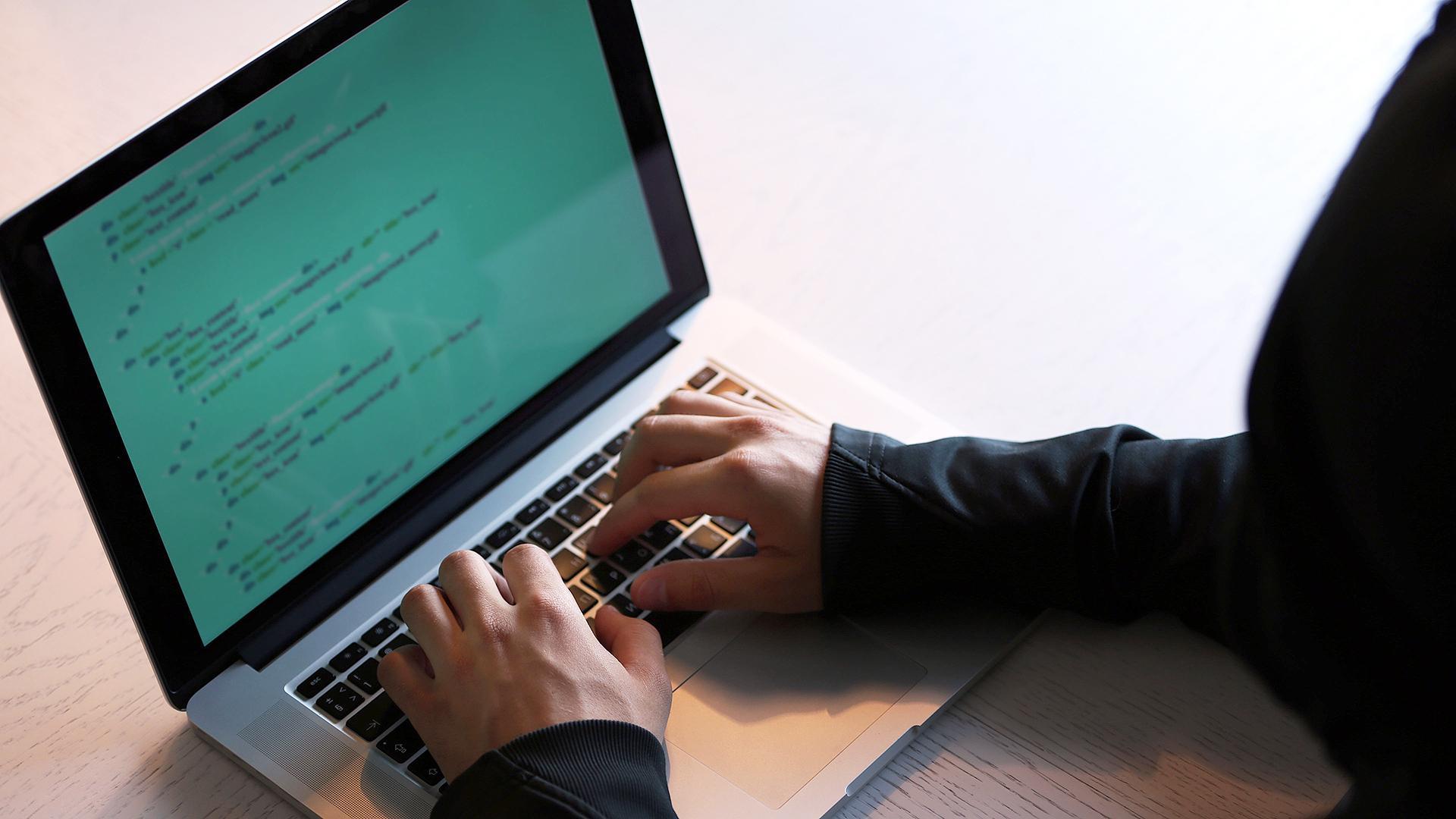Мошенники шантажируют россиян интимными снимками с веб-камер
