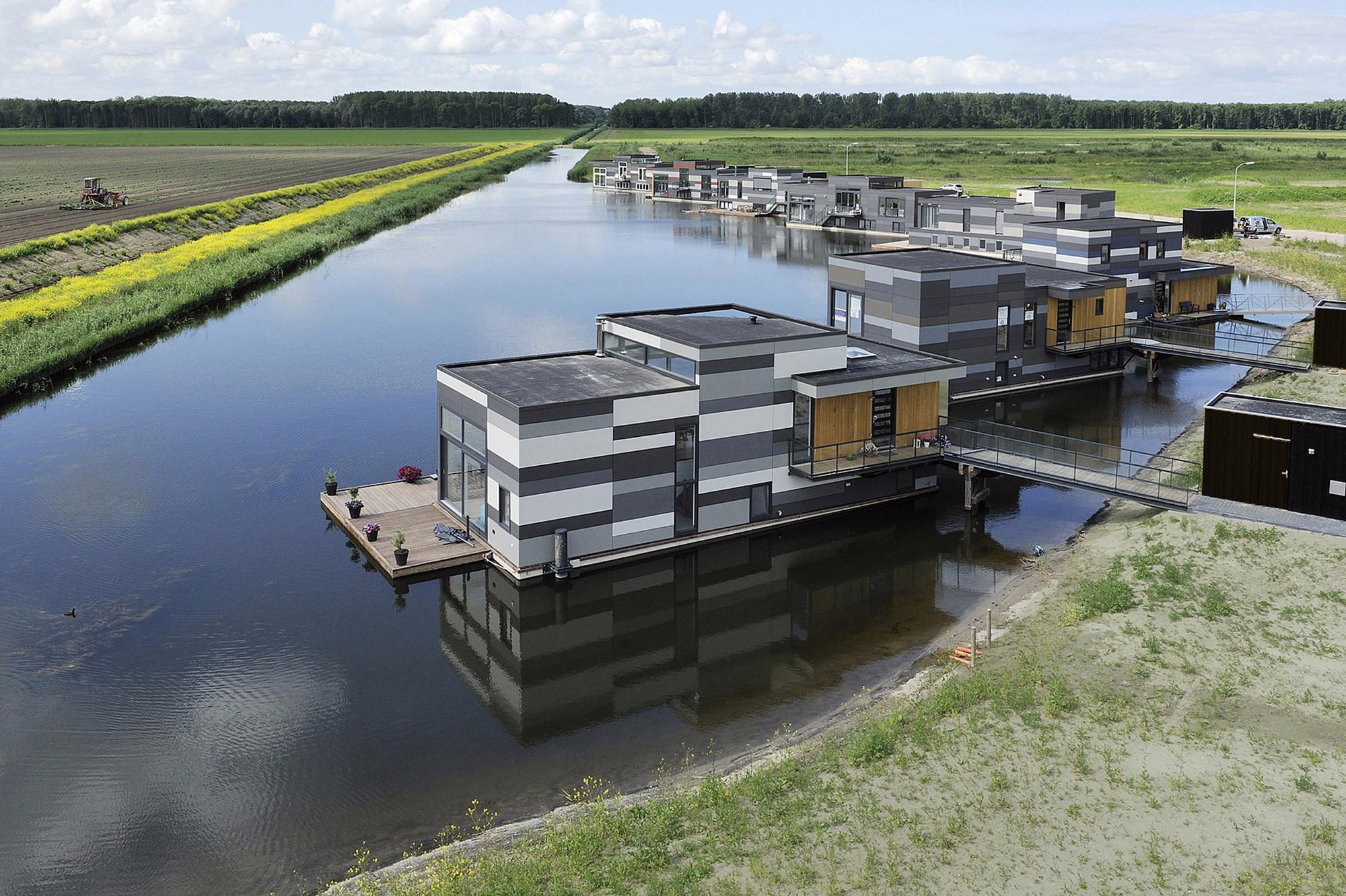 Приплыли: Мишустин поручил ведомствам изучить идею строительства домов на воде