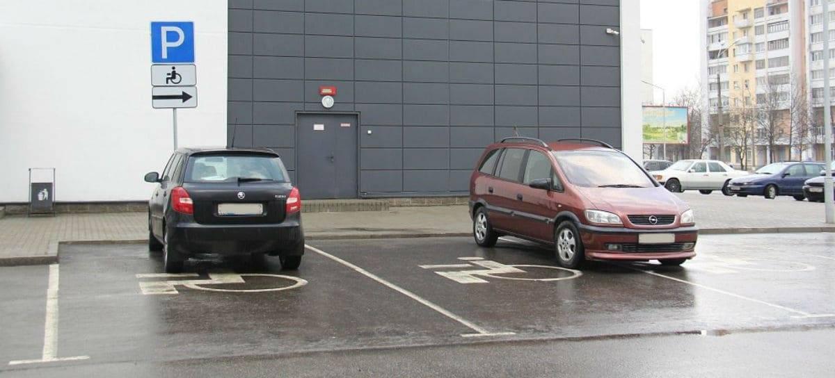 Милонов предложил повысить штраф за парковку в местах для инвалидов