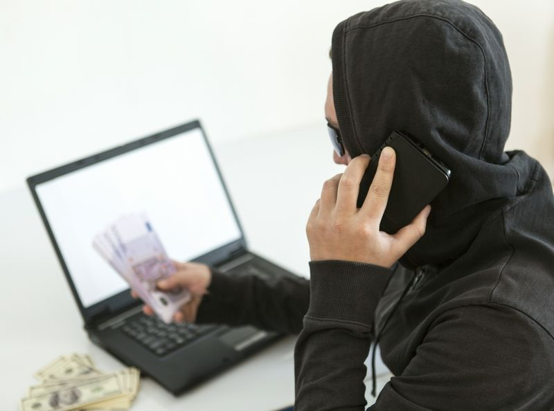 Как мошенники похищают деньги у россиян, зная только их номер?