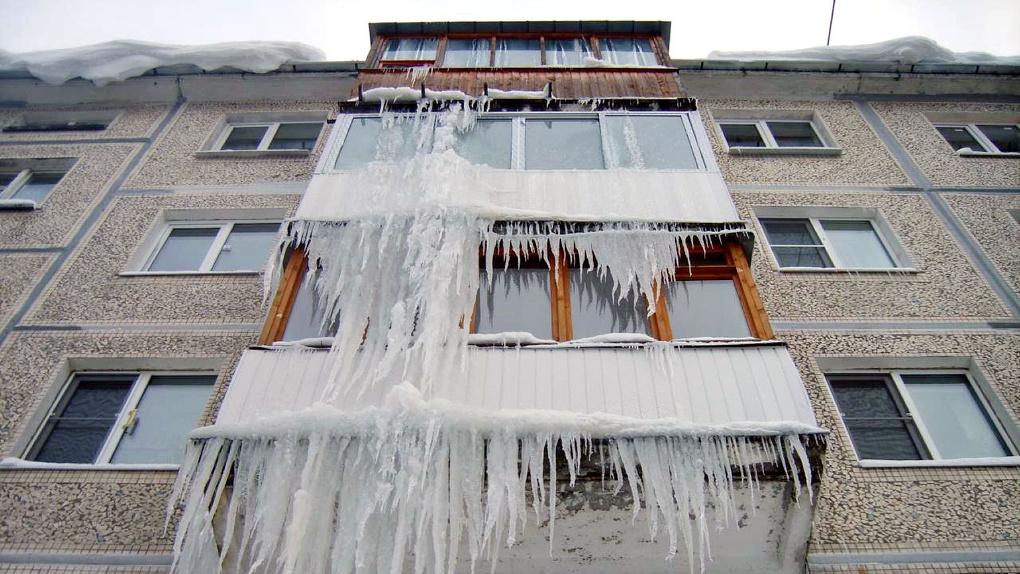Кому грозят штрафы в случае падения сосулек или снежных наледей с балконов квартир