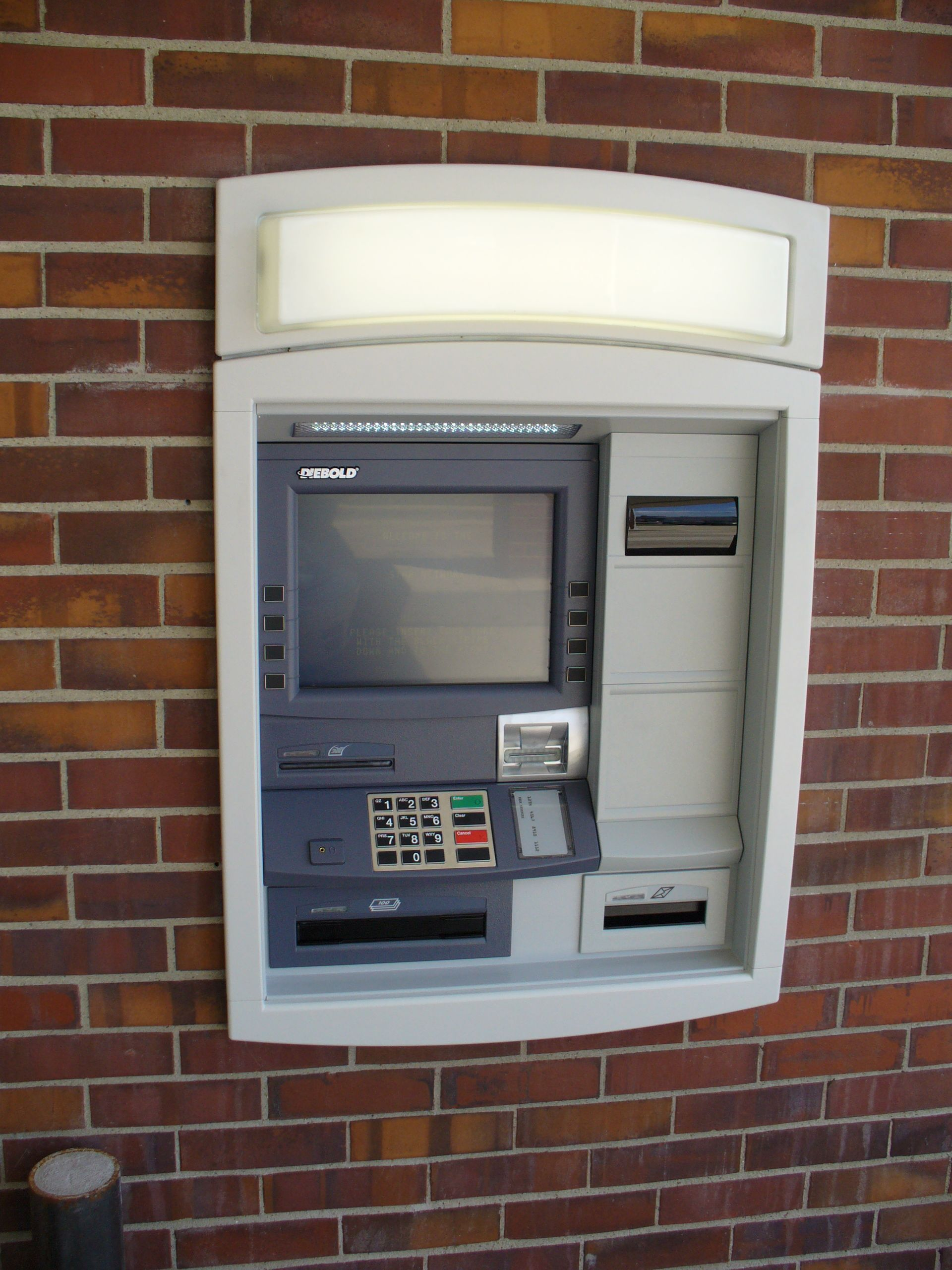 Что запрещено делать у банкомата: 5 главных ошибок