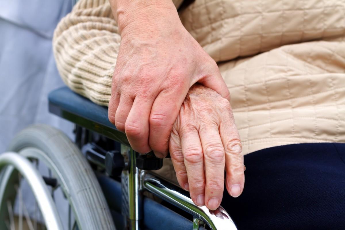 Пособие по уходу за инвалидом: кто может осуществлять уход и на каких условиях