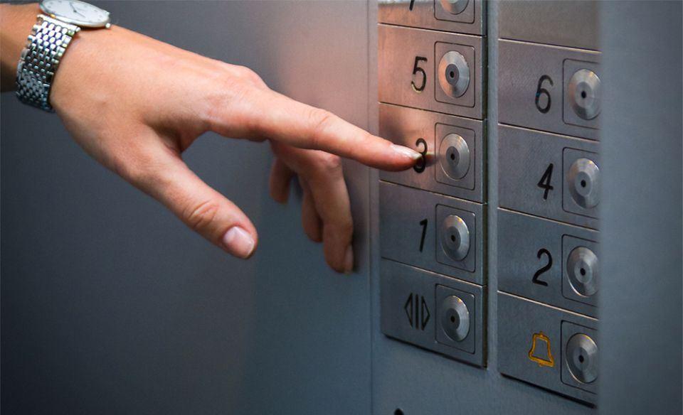 Должны ли с жильцов первых этажей брать деньги за использование лифта?