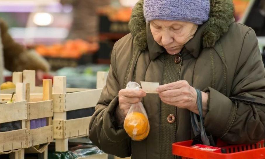 Затянули пояса: россияне стали меньше тратить денег