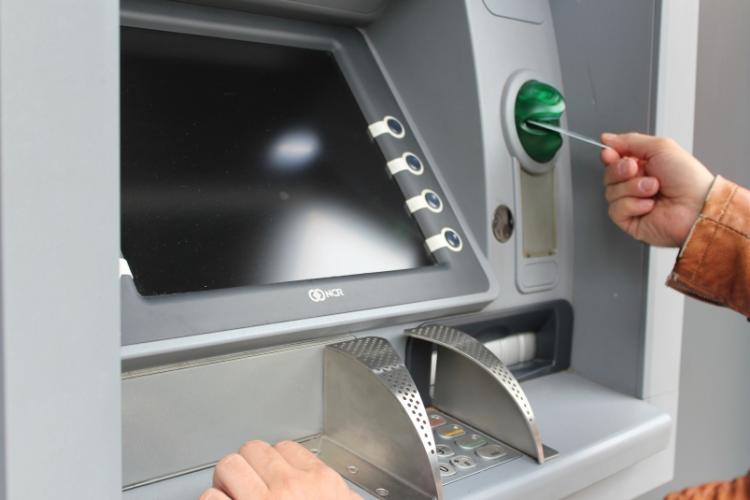 Изменение для всех, кто снимает наличные в банкомате