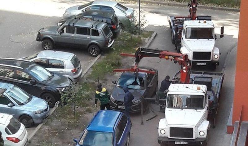 Парковка около домов запрещена. Срочно уберите машину!