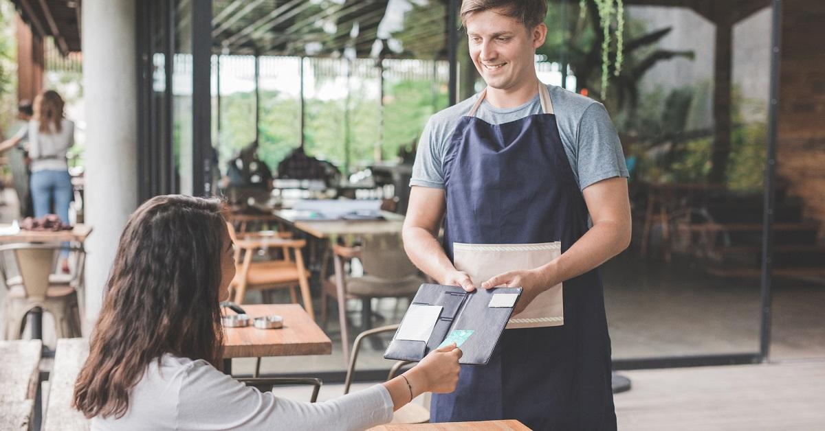 Ресторан просит оплатить заказ на карту официанта? В чем опасность таких переводов и как следует поступать клиенту