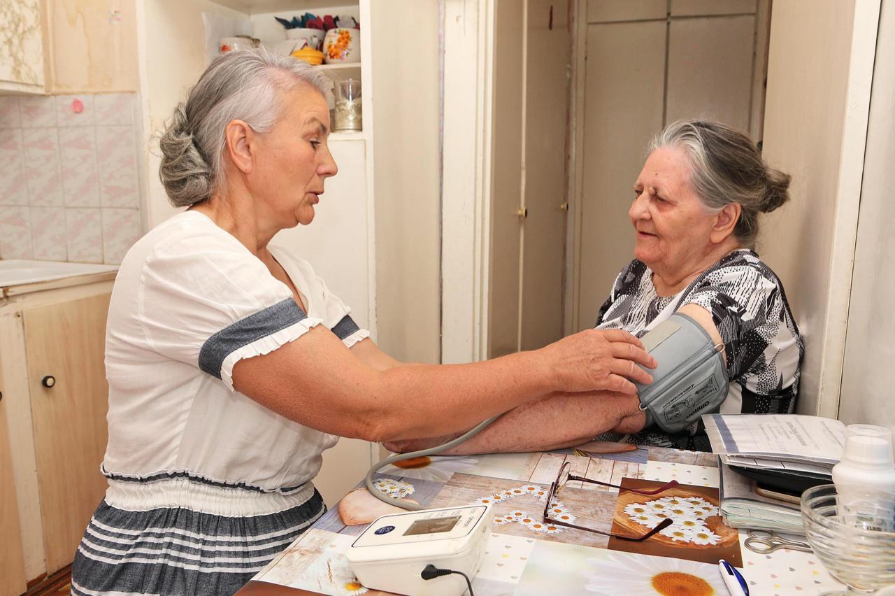 Социальный работник пенсионеру: кому положено и как оформить льготу