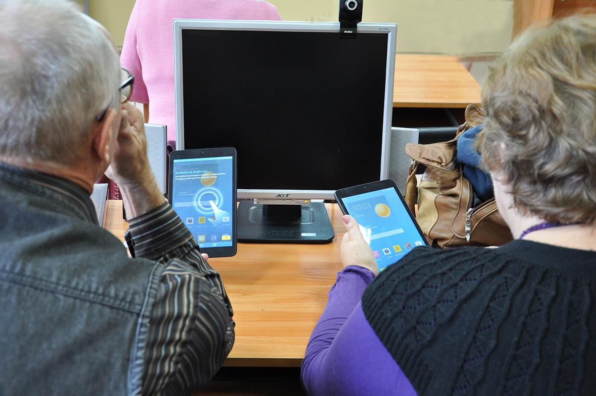Эксперты рассказали, как охотятся на пенсионеров в сети