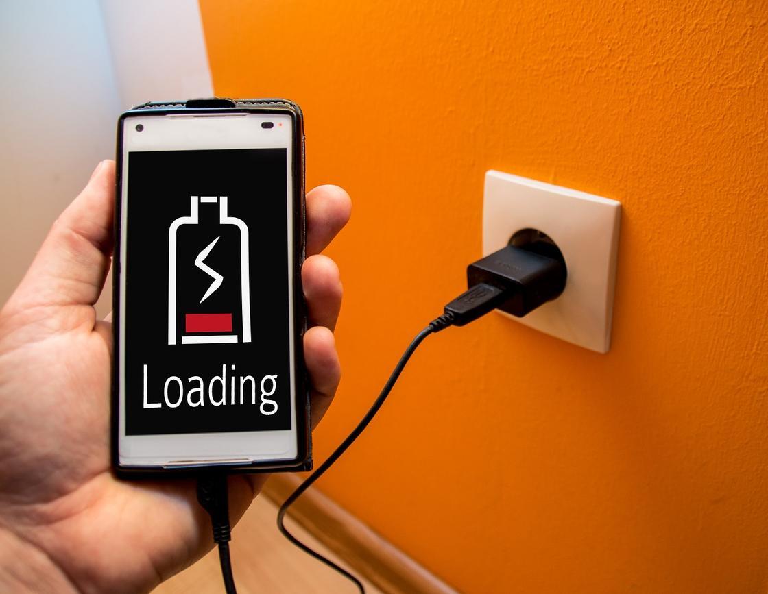 Специалисты предупреждают - не включайте телефон заряжаться на ночь!