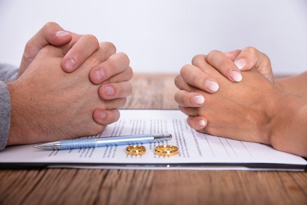 Должен ли работник сообщать на работе о разводе?