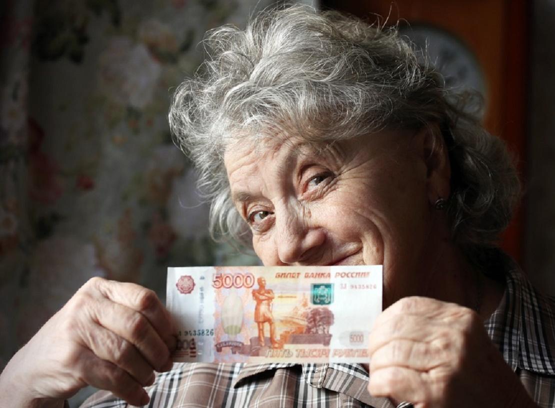 Подарок от государства - повышаются социальные пенсии. А стоит ли радоваться?