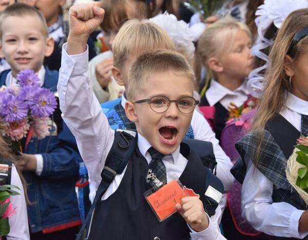 В правительстве назвали точную дату выплаты 10 тысяч рублей российским школьникам