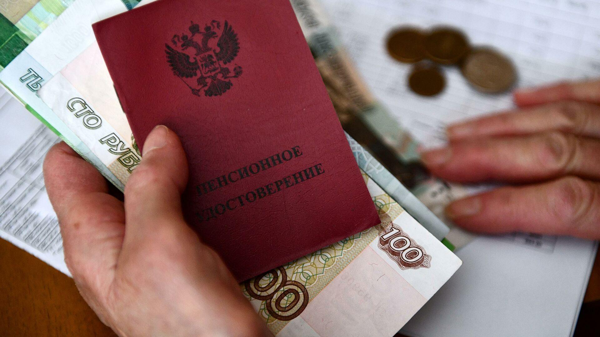 Дмитрий Медведев поручил повысить пенсии ряду пенсионеров: кому увеличат выплаты
