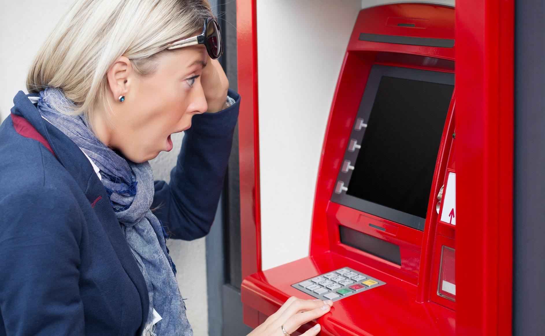 Банки скоро разрешат снимать деньги с чужой карты в банкомате! Рай для мошенников?