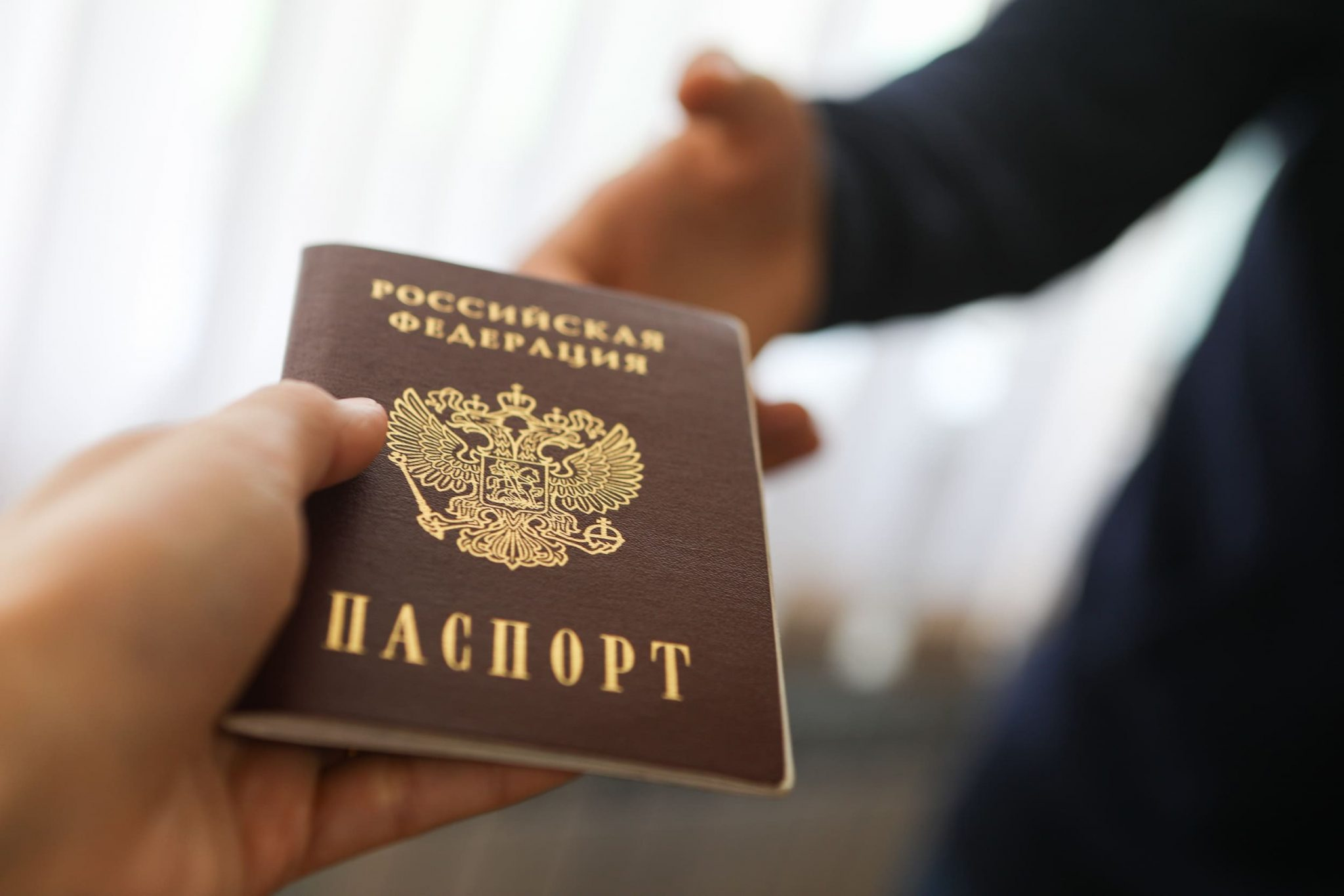 В каких случаях у россиянина могут забрать паспорт, и кто имеет на это право