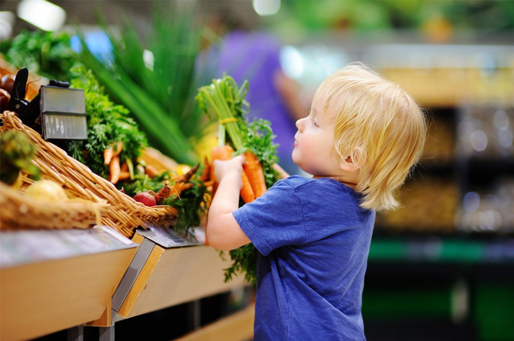 Законно ли отправлять ребенка в продуктовый магазин в одиночку?