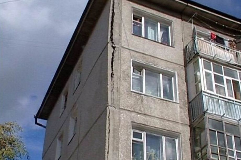 Трещины на фасадах домов очень опасны