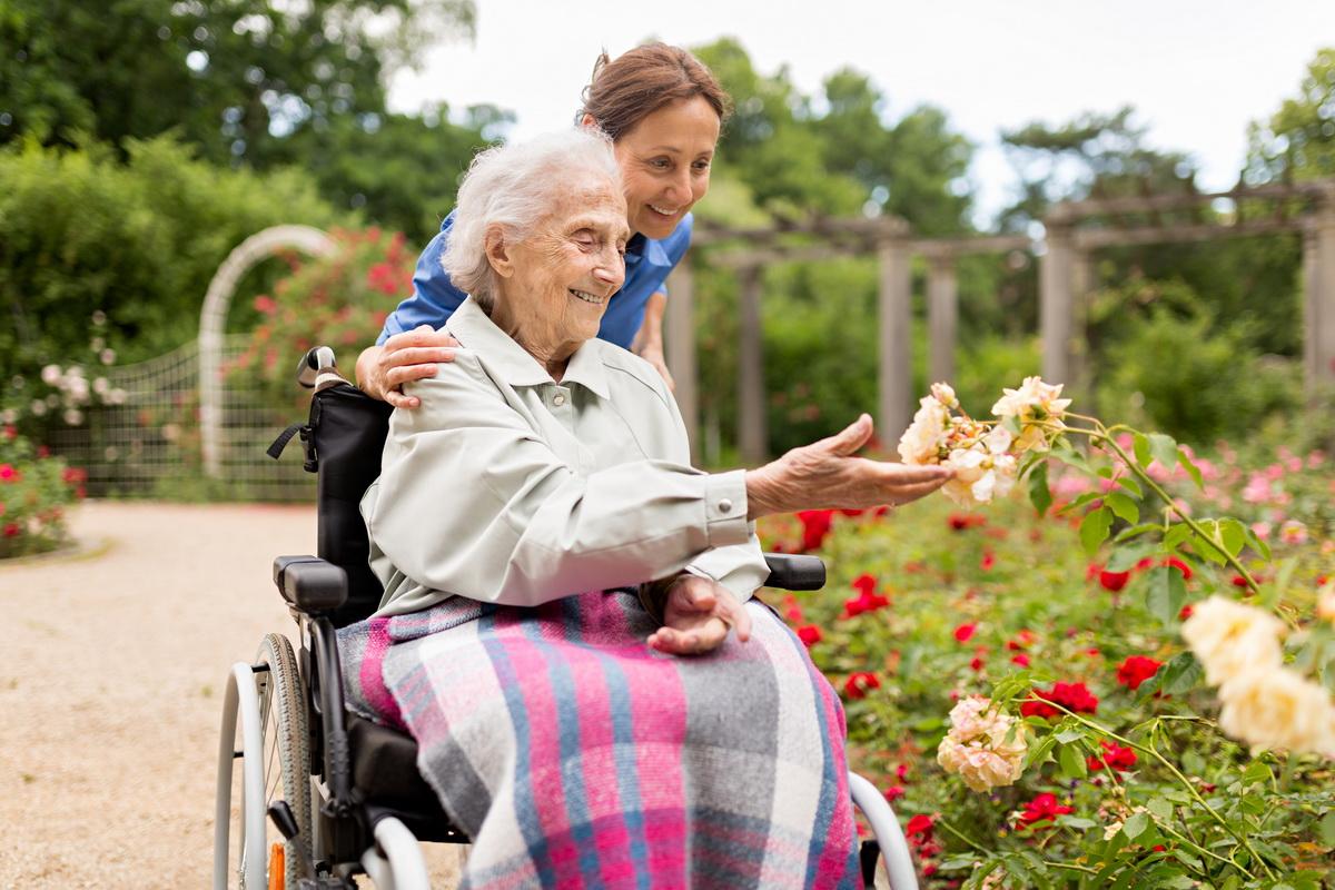 Уход за пожилым человеком: как оформить и когда лучше согласиться на социального помощника