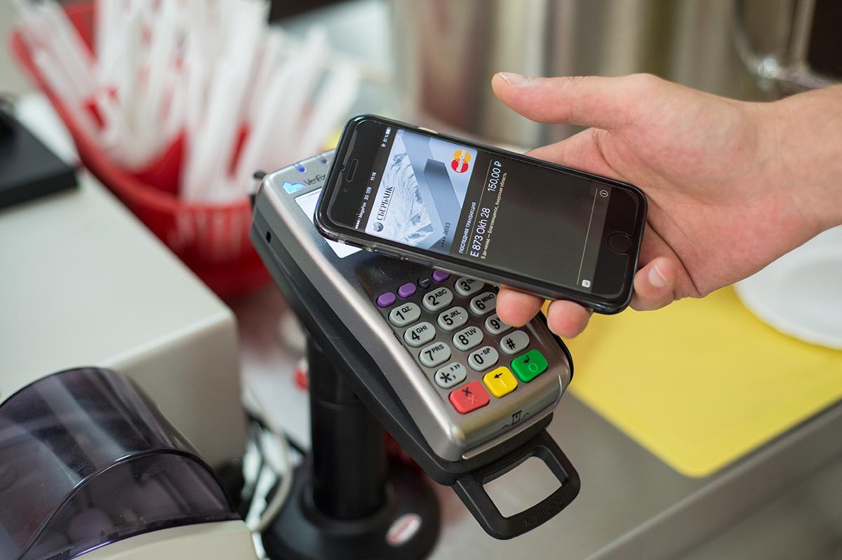 Эксперты объяснили, почему нельзя платить в магазине с телефоном в руках