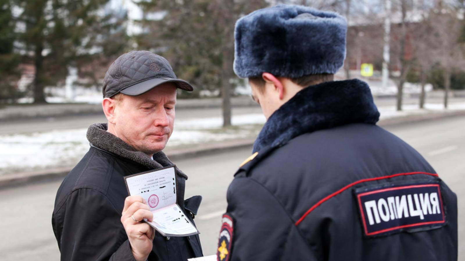 Полицейские будут проверять телефоны граждан на улицах
