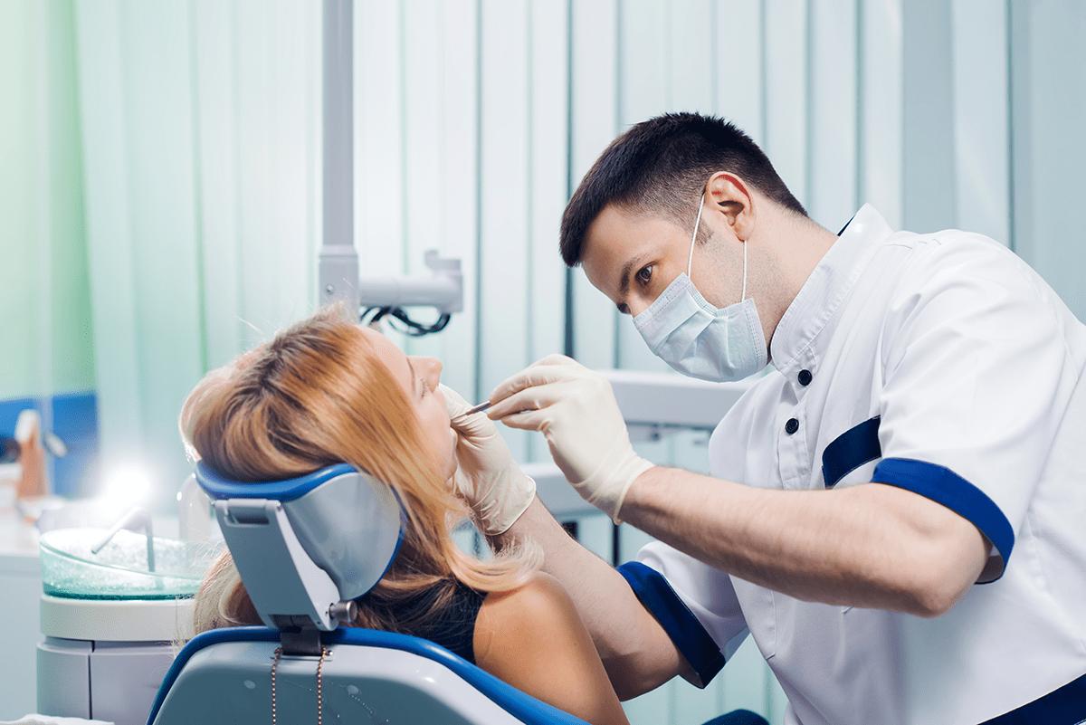 """Теперь бесплатная стоматология - это не """"цементные"""" пломбы, а современные материалы. На какие еще услуги может рассчитывать владелец полиса ОМС?"""