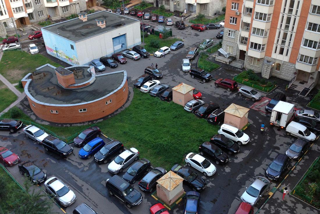 В жилых дворах запретили оставлять автомобили
