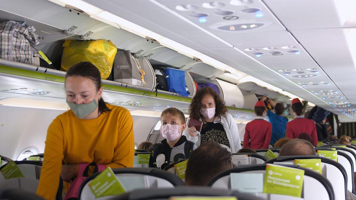 Врачи рассказали об опасности во время перелетов для привитых россиян