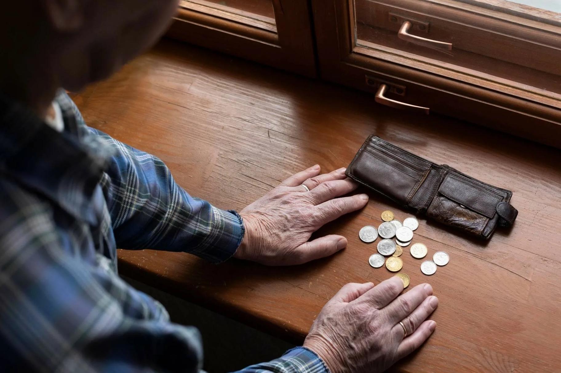 Могут ли приставы снимать пенсию: в каких случаях возможно, суммы снятия